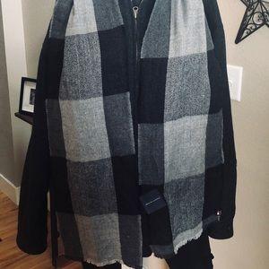 NWT Tommy Hilfiger black/gray buffalo plaid scarf